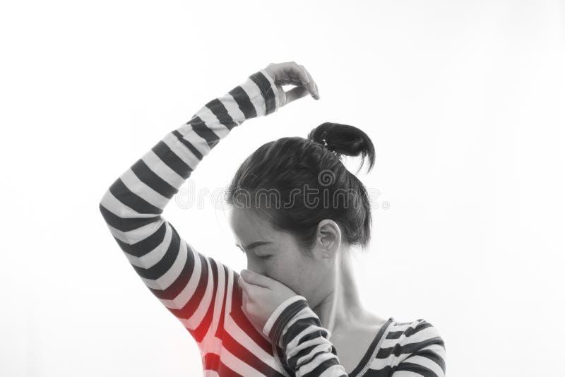 Ung asiatisk kvinna som har stank av svett på isolerad vit backgr royaltyfri bild