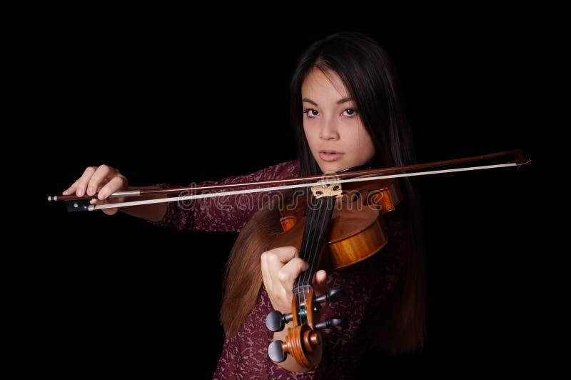 Ung asiatisk kvinna som spelar fiolen fotografering för bildbyråer