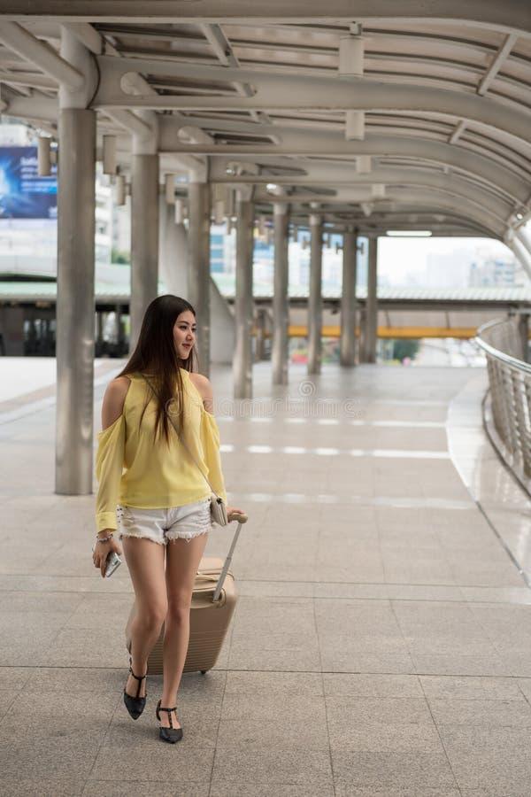 ung asiatisk kvinnabesökBangkok stad royaltyfria foton