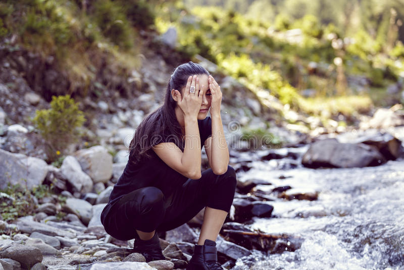 Ung asiatisk kvinnafotvandrare vid floden arkivbilder