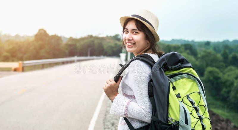 ung asiatisk kvinnahandelsresande med ryggsäcken som kopplar av semester på berget arkivfoton
