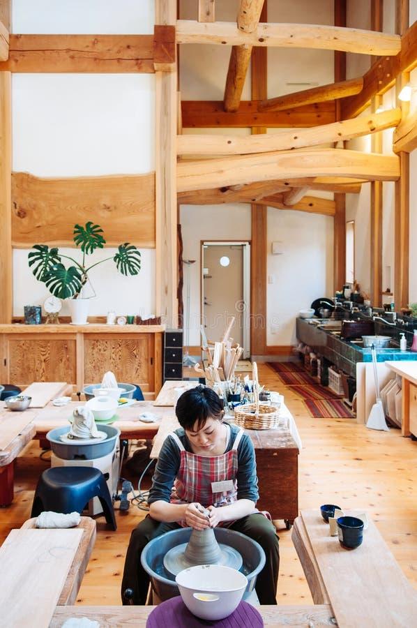 Ung asiatisk kvinnahantverkarekonstnär Pottery Skill Workshop Concep royaltyfri fotografi