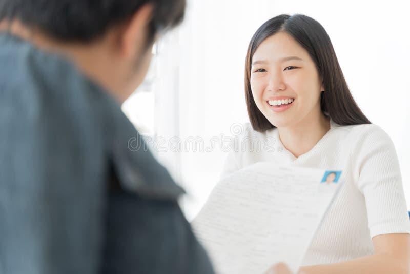 Ung asiatisk kvinnaintervju Hyra anställdbegrepp arkivfoto