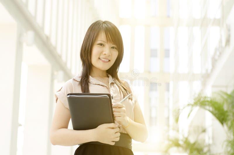 Ung asiatisk kvinnlig ledare royaltyfria foton