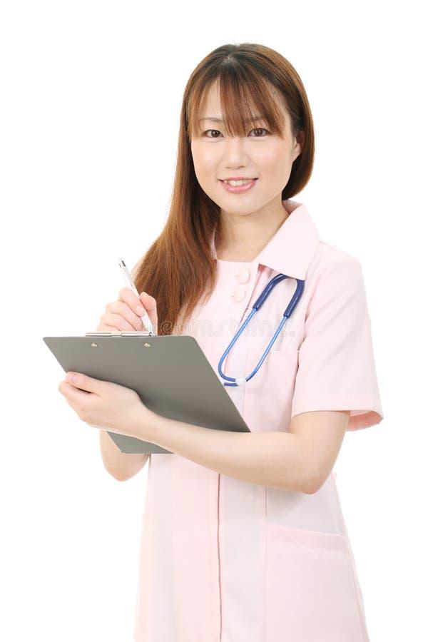 Ung asiatisk kvinnligsjuksköterska royaltyfri fotografi