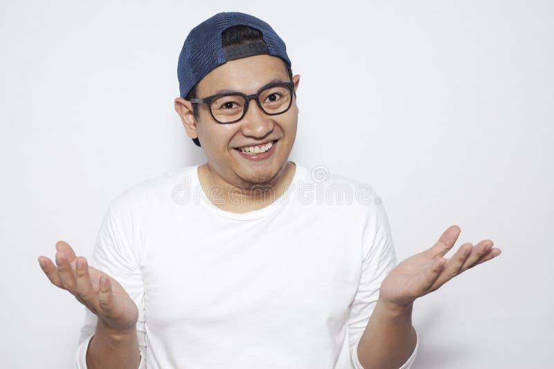 Ung asiatisk man som lyckligt ler arkivbild