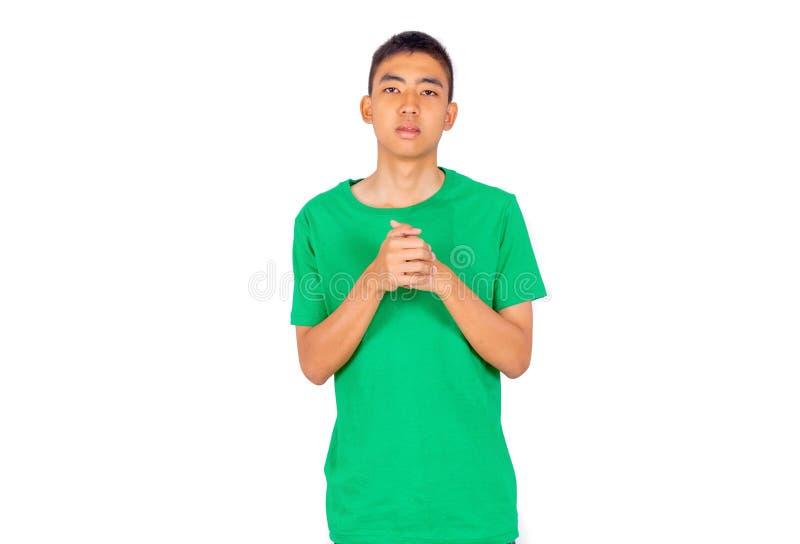 Ung asiatisk pojke i grön tillfällig t-skjorta vit bakgrund royaltyfria bilder