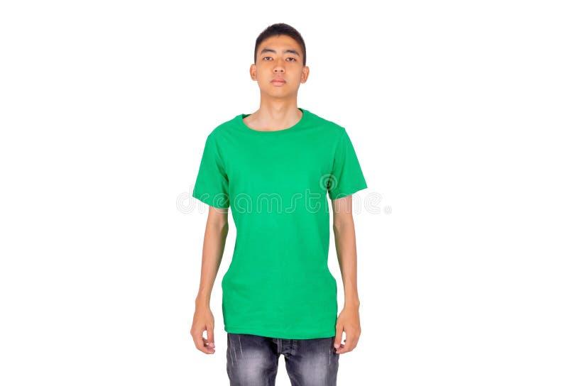 Ung asiatisk pojke i grön tillfällig t-skjorta vit bakgrund royaltyfri fotografi