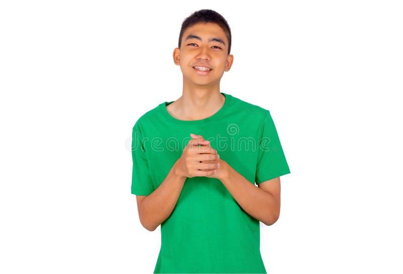 Ung asiatisk pojke i grön tillfällig t-skjorta vit bakgrund arkivbilder