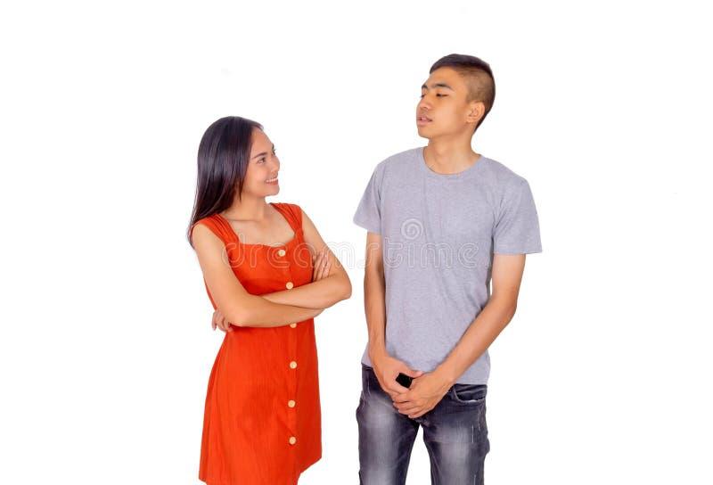 Ung asiatisk pojke och flicka som tillsammans framme står av den vita bakgrunden för kamera royaltyfri foto