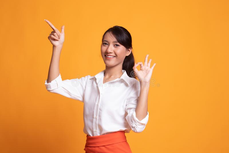Ung asiatisk reko kvinnapunkt och show arkivbild