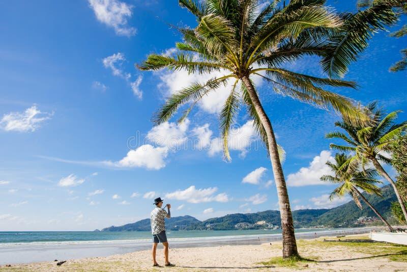 Ung asiatisk resande på den Patong stranden, Phuket, Thailand arkivbilder
