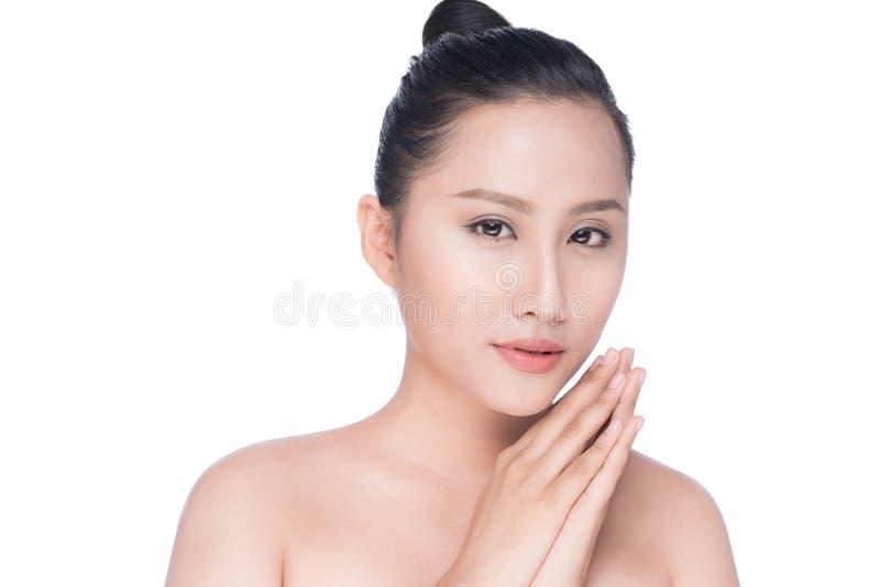 Ung asiatisk skönhet för kvinna` s Stående av flickan över den vita backgrouen royaltyfria bilder