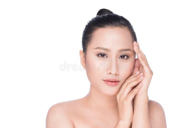 Ung asiatisk skönhet för kvinna` s Stående av flickan över den vita backgrouen arkivfoto