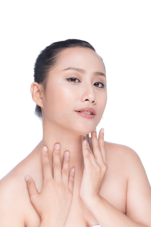 Ung asiatisk skönhet för kvinna` s Stående av flickan över den vita backgrouen royaltyfri foto