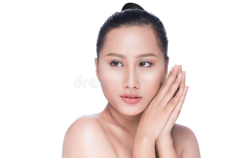 Ung asiatisk skönhet för kvinna` s Stående av flickan över den vita backgrouen royaltyfri fotografi