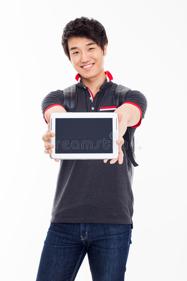Ung asiatisk student som använder blockPC arkivbilder