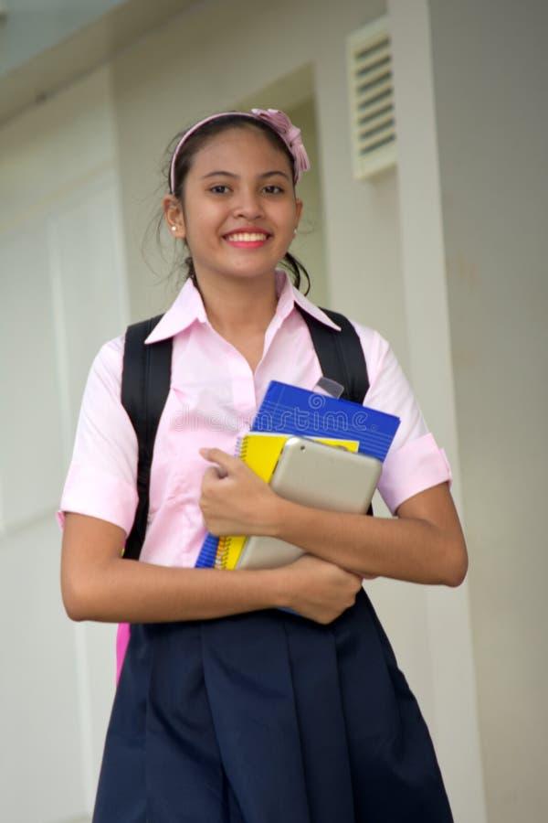 Ung asiatisk Teenager Smiling Wearing för skolaflickastudent kjol arkivfoton
