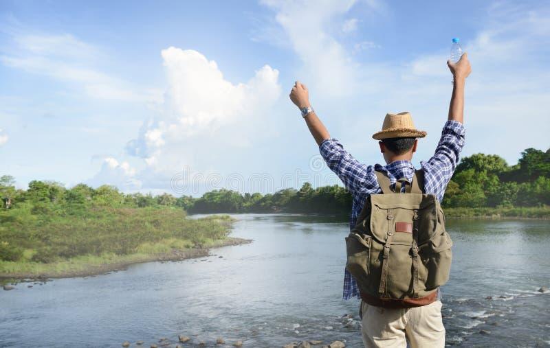 Ung asiatisk turist- man med ryggsäcken arkivfoto