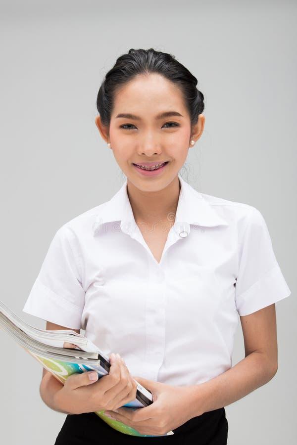 Ung asiatisk universitetsstudent Woman White Uniform royaltyfri bild