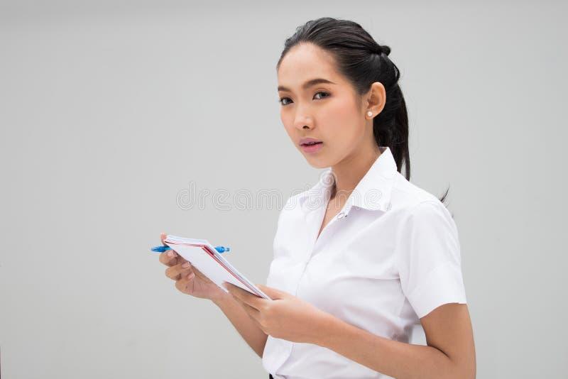 Ung asiatisk universitetsstudent Woman White Uniform royaltyfri fotografi