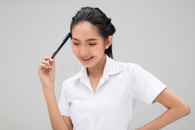 Ung asiatisk universitetsstudent Woman White Uniform arkivfoton