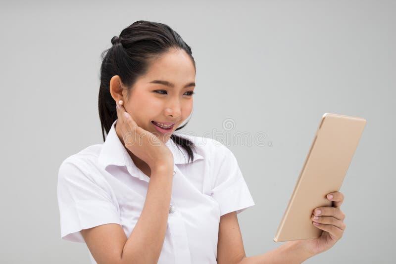 Ung asiatisk universitetsstudent Woman White Uniform royaltyfria foton