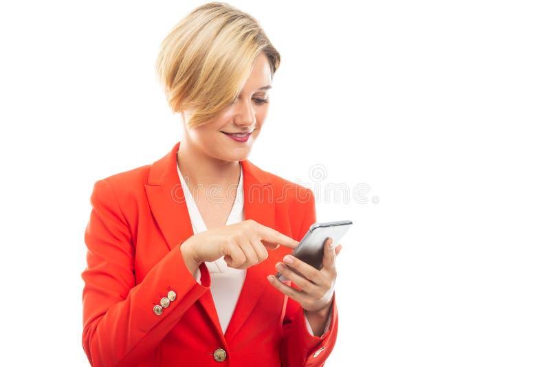 Ung attraktiv affärskvinna som bläddrar på mobiltelefonen royaltyfria foton
