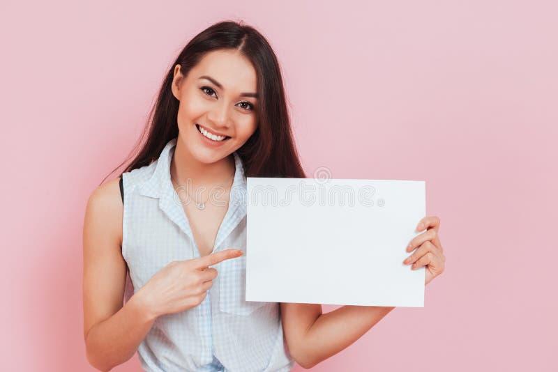 Ung attraktiv affischtavla för kvinnainnehavmellanrum med kopieringsutrymme arkivfoton