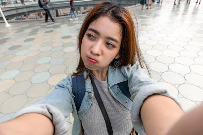 Ung attraktiv asiatisk kvinnaturist som tar ett foto av selfie i stads- stad arkivbild