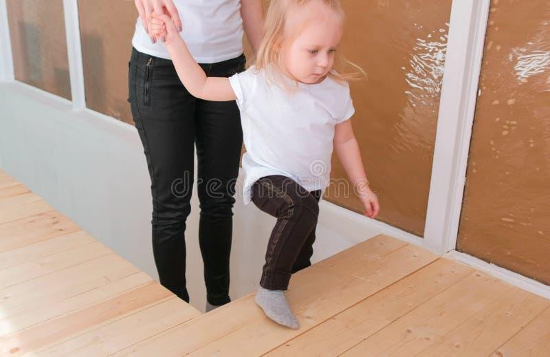 Ung attraktiv blond mamma ner momenten med hennes charmiga dotter royaltyfri foto