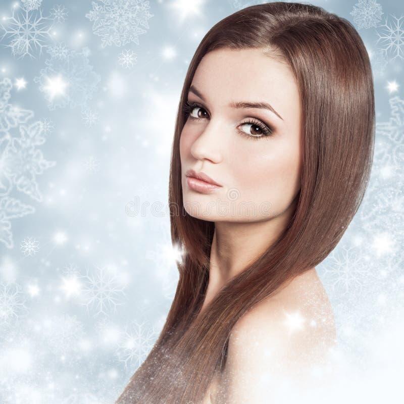 Ung attraktiv brunettkvinna i en snö Vinterskönhetbegrepp arkivfoton