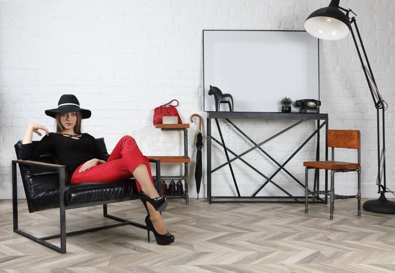 Ung attraktiv flicka i hatt i studion royaltyfri bild