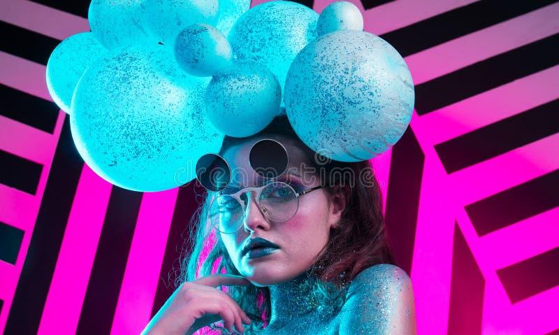 Ung attraktiv flicka i konst-makeup royaltyfri foto