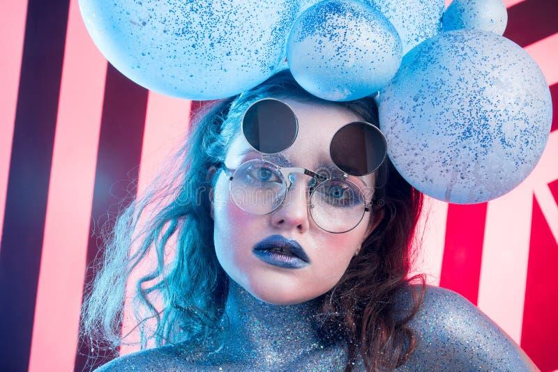 Ung attraktiv flicka i konst-makeup arkivfoto