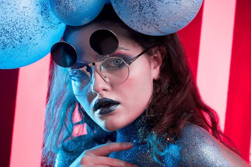 Ung attraktiv flicka i konst-makeup arkivbilder