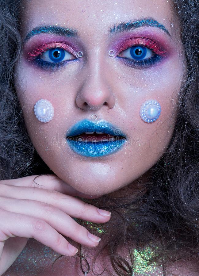 Ung attraktiv flicka i ljus makeup royaltyfria foton