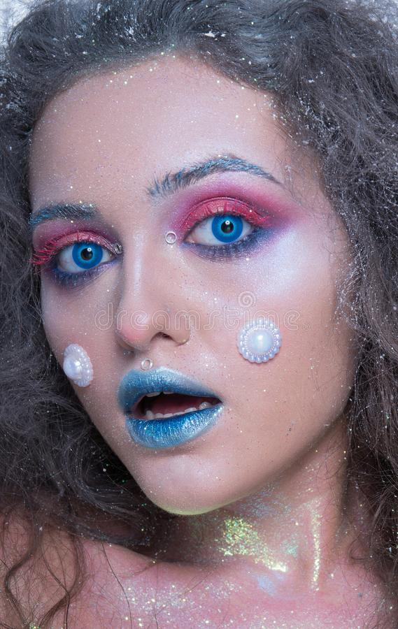 Ung attraktiv flicka i ljus makeup royaltyfri fotografi