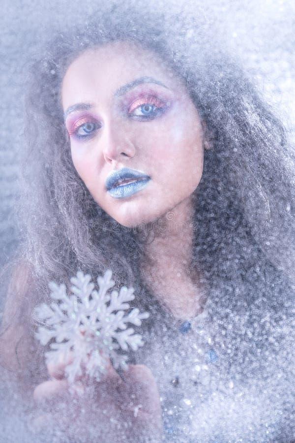 Ung attraktiv flicka i ljus makeup arkivfoto