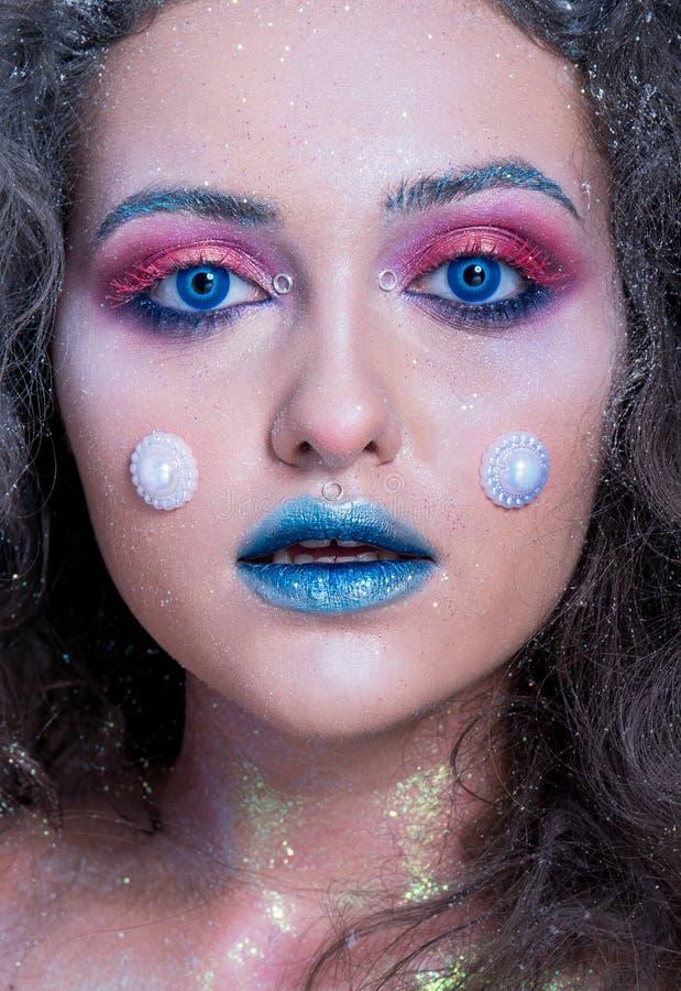 Ung attraktiv flicka i ljus makeup royaltyfri foto