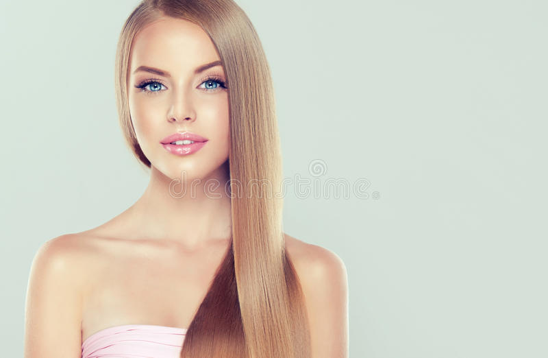 Ung attraktiv flicka-modell med ursnyggt, skinande, långt blont hår royaltyfria foton