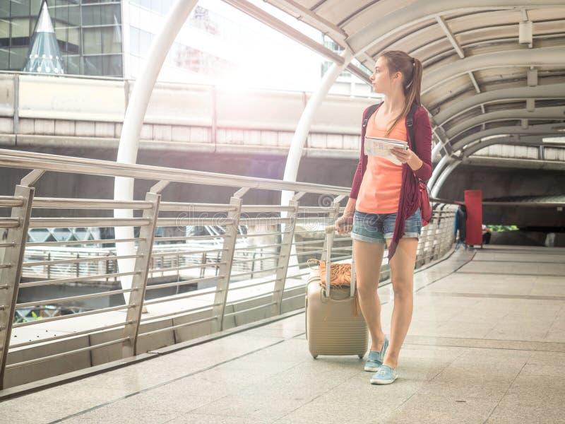Ung attraktiv handelsresandekvinna i begrepp av turism som reser, loppet eller det undersökande begreppet arkivbild