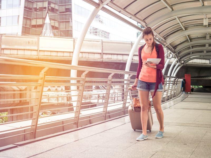 Ung attraktiv handelsresandekvinna i begrepp av turism som reser, loppet eller det undersökande begreppet arkivfoton