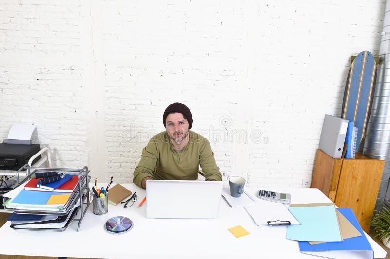 Ung attraktiv hipsteraffärsman som hemifrån arbetar kontoret som självständig affärsmodell för freelancer royaltyfri foto