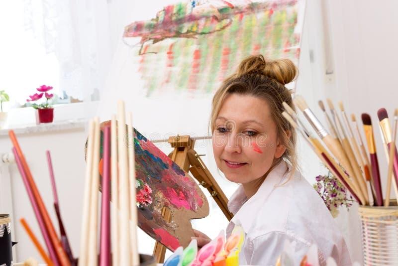 Ung attraktiv konstnär royaltyfri bild