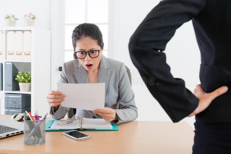 Ung attraktiv kvinna för kontorsarbetare som får avfyrad royaltyfria foton