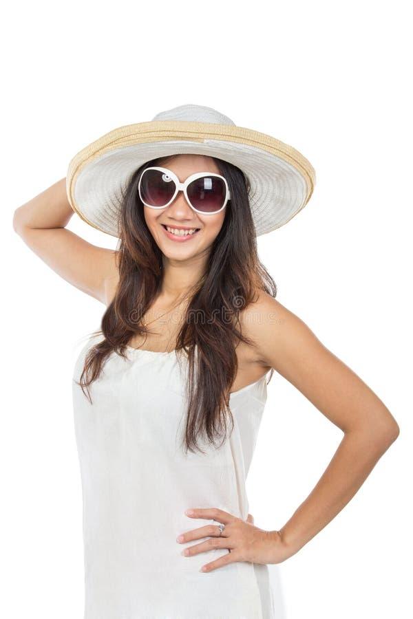 Ung attraktiv kvinna i bärande sommarhatt och sol för vit klänning fotografering för bildbyråer