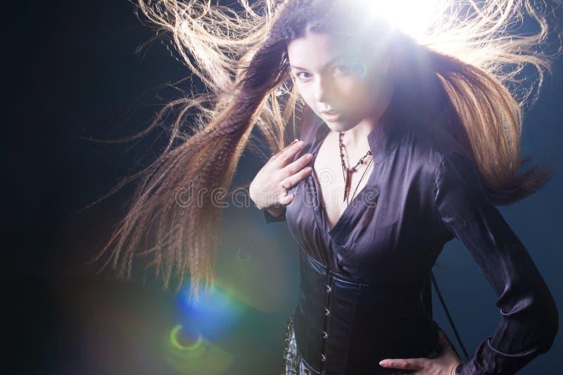 Ung attraktiv kvinna med l?ngt h?r som en h?xa Femme brunett, mystisk fantasistil royaltyfri foto