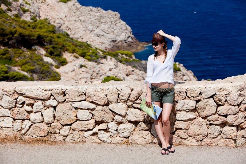 Ung attraktiv kvinna med landöversikten i sommar arkivfoton
