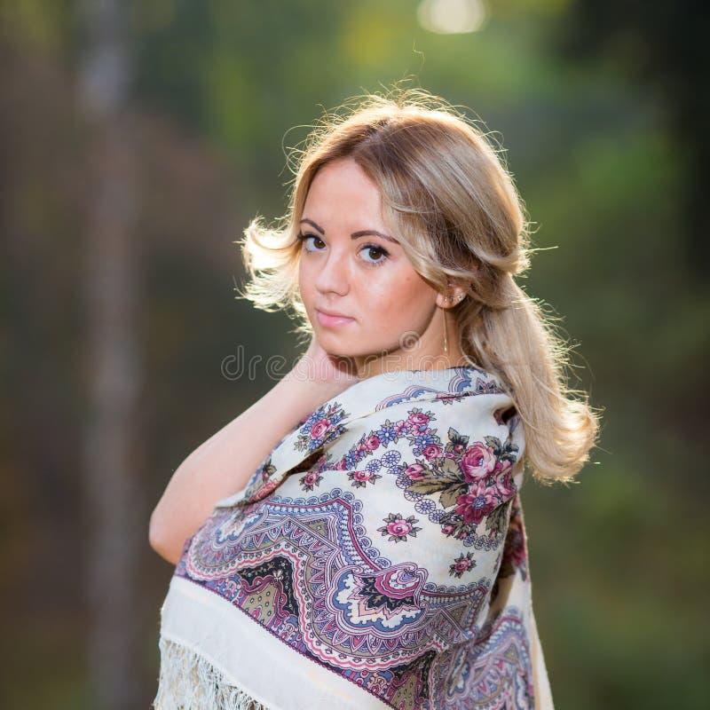 Ung attraktiv kvinna på den traditionella sjalen royaltyfri bild